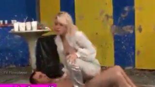 سكس نيك في الطين ومصارعة جنسية عنيفة يقطع البنطلون بتاعها