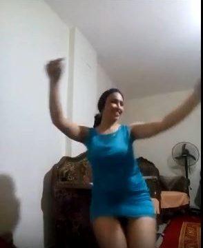 رقص ساخن بنات شبرا هز بزاز سكسي بقميص حرير