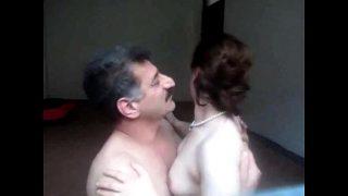عجوز مصري ينيك بنت عمر بنته في شقته – سكس مصري