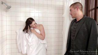 الاخت تتناك من صديق اخوها في الحمام – سكس اخوات